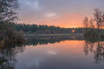 Morgenrood tijdens de zonsopkomst op de heide