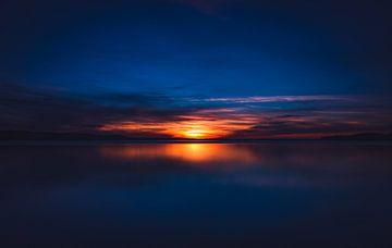 Wunderschöner, roter Sonnenuntergang bei spiegelglattem See in Polen von Jakob Baranowski - Off World Jack