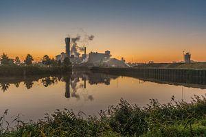 Zonsopkomst langs de oever van de suikerfabriek