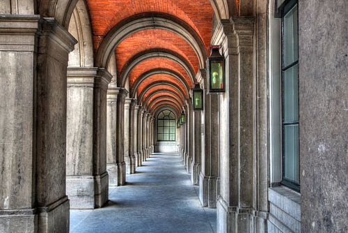 Fantasierijke poort in Haagse binnenhof