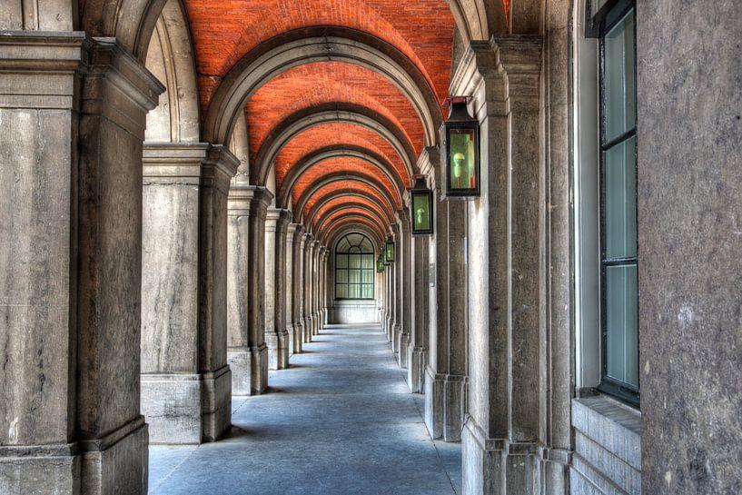 Fantasierijke poort in Haagse binnenhof van Dexter Reijsmeijer