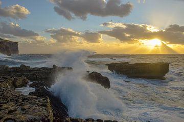 Golven tegen de kust van Malta van Sander Hekkema