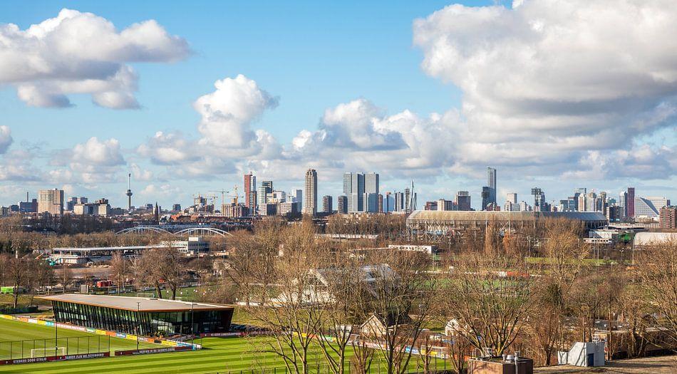 Het Feyenoord Stadion De Kuip en Sportcomplex Varkenoord in Rotterdam met echte Hollandse wolken van MS Fotografie