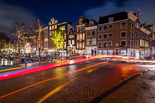 Amsterdam Spiegelgracht - Prinsengracht met lichtsporen van verkeer