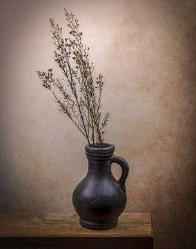 Stilleben eines Kruges mit Blumen von Marjolein van Middelkoop