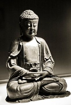 Buddha beeld sepia mediterend van Rob van Keulen