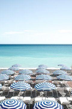 Strand Parasols In Nice, Zuid Frankrijk van Henrike Schenk