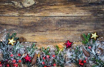 Natuurlijke Kerstmis omlijsting decoratie met licht, groene sparrentakken, rode bessen van Alex Winter