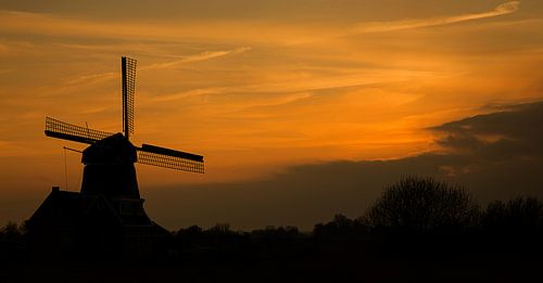 Zonsondergang bij de molen van Volendam van Chris Snoek