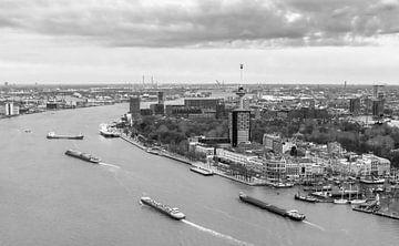 Rivier de maas in Rotterdam van Ilya Korzelius