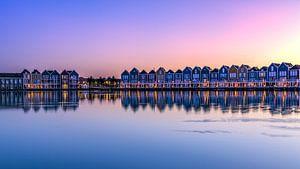 Huizen aan het meer bij zonsondergang