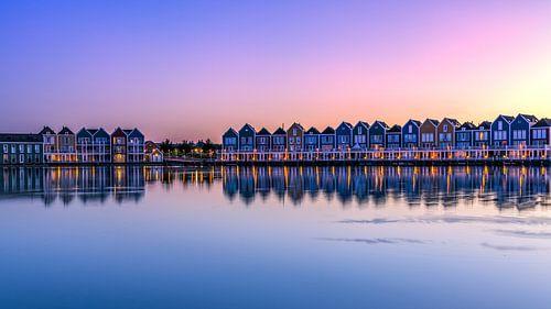 Huizen aan het meer bij zonsondergang van Rene Siebring
