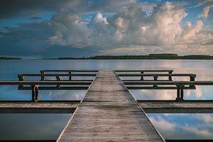 Wolken weerspiegeling bij botensteiger aan het Veerse Meer