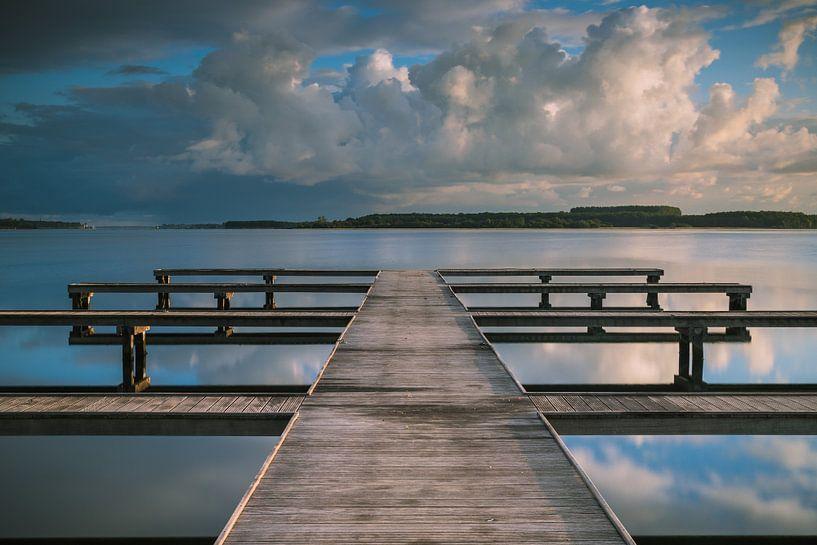 Wolken weerspiegeling bij botensteiger aan het Veerse Meer van Jan van der Vlies