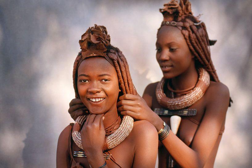 Namibie. La tribu Himba. Les filles s'arrangent les unes les autres. sur Frans Lemmens