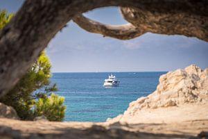 Doorkijkje naar motorjacht. Paguera, Mallorca (Spanje)