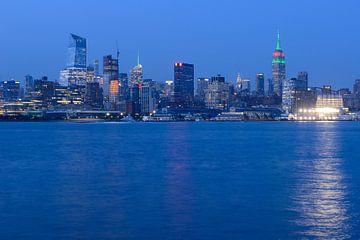 Midtown Manhattan Skyline in New York met het Empire State Building in de avond von Merijn van der Vliet
