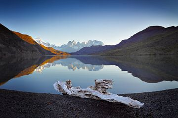 Landschap met meer en bergen in avondstemming van Chris Stenger