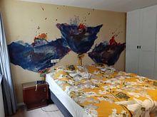 Klantfoto: Drie blauwe, langstammige klaprozen op een weide van Klaus Heidecker, als behang