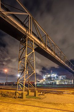 pijplijn viaduct in de buurt van treinrails en productie-installatie, Antwerpen 1 van Tony Vingerhoets