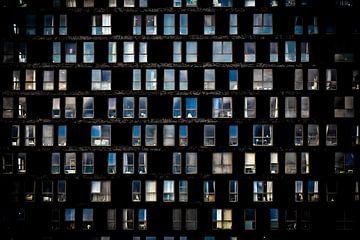 Muster von Fenstern aus einem Mehrfamilienhaus von Jan Hermsen