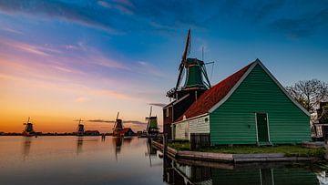 Niederländische Windmühlen im Abendlicht von Remco Piet