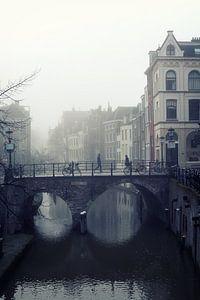 De Maartensbrug in Utrecht met voetgangers in de mist van