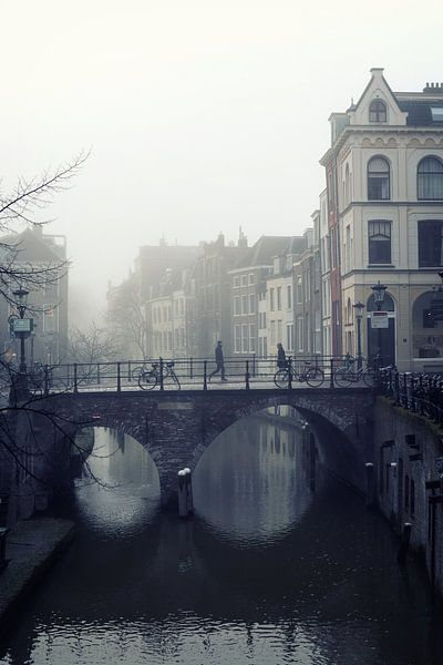 Straatfotografie in Utrecht. De Maartensbrug in Utrecht met voetgangers in de mist van De Utrechtse Grachten