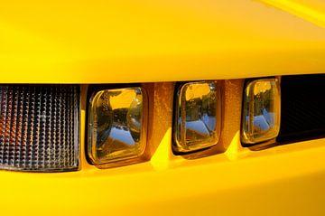 Alfa Romeo SZ sportwagen koplampen in fel geel van Sjoerd van der Wal