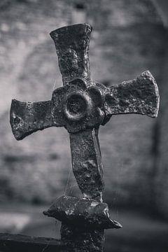 Vieille croix en fer forgé sur Adri Vollenhouw