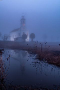 Het witte kerkje van Simonshaven in de mist van Annemieke Klijn