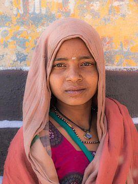 Portret jonge vrouw in Varanasi van Adri Klaassen