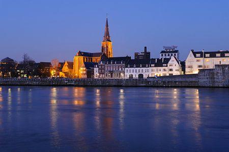 Zicht op Oeverwal Wyck in Maastricht met Sint-Martinuskerk en brouwerij de Ridder