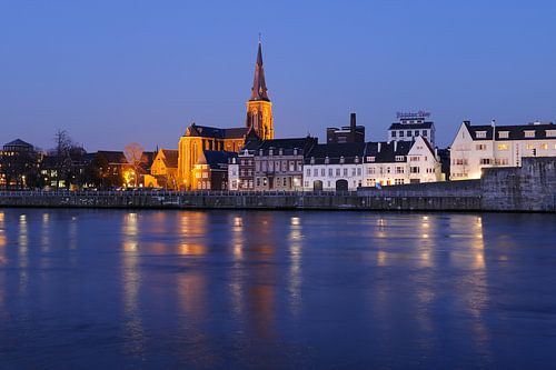 Zicht op Oeverwal Wyck in Maastricht met Sint-Martinuskerk en brouwerij de Ridder van Merijn van der Vliet