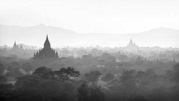 Zonsondergang over pagodas van Bagan, Myanmar van Rene Mens