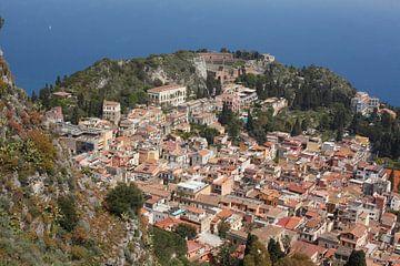 Stadsuitzicht, oude stad met Teatro Antico Greco, Taormina, provincie Messina, Sicilië, Italië, Euro van Torsten Krüger