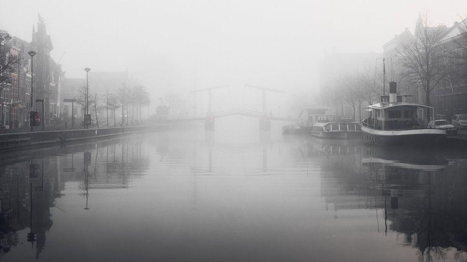 Haarlem: Gravenstenenbrug in de mist. van Olaf Kramer