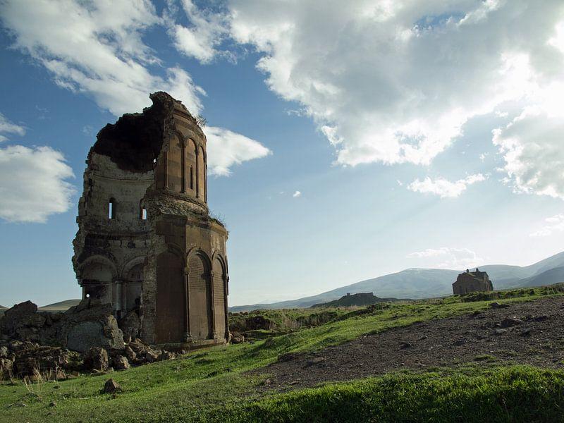 Ruine in de oude Armeense stad Ani (2) van Anne Hana