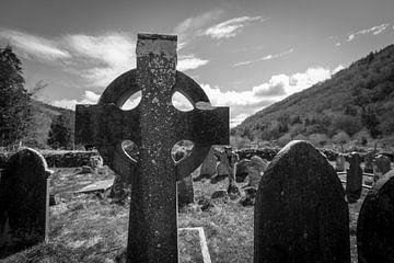 Grabsteine in der Sonne - Wicklow Mountains von Peter Schütte