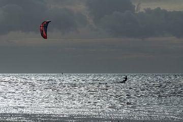 Sportlicher Kitesurfer in der Abendsonne auf dem Wattenmeer bei der Insel Terschelling im Norden der von Tonko Oosterink