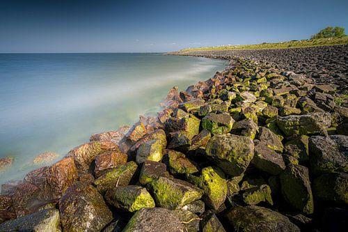 Basaltblokken en zeedijk langs IJsselmeer