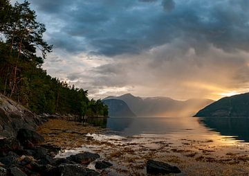 Sognefjord en Norvège pendant le coucher du soleil sur Sjoerd van der Wal