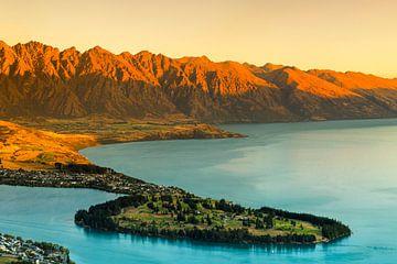 Uitzicht over Queenstown en het Wakatip-meer bij zonsondergang, Nieuw-Zeeland van Markus Lange