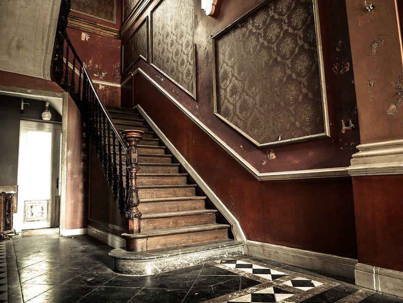 Trap in Verlaten Hotel, België van Art By Dominic
