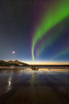 Aurora bei Sonnenuntergang an einem Strand in Norwegen von Marco Verstraaten