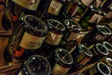 Wijnflessen in een rek van Erwin Blekkenhorst