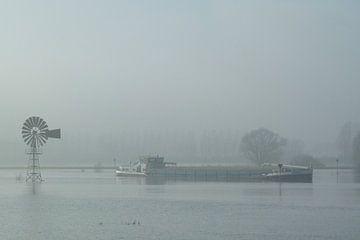 Vrachtschip op de IJssel van Hans van Otterloo