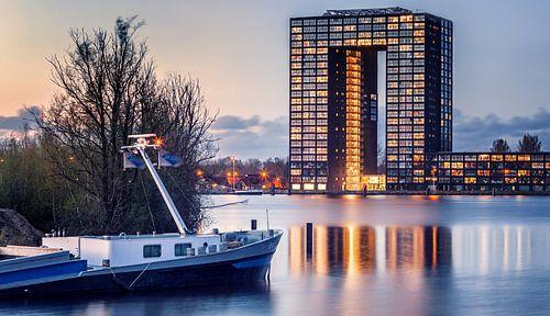Tasmantoren Groningen tijdens ondergaande zon