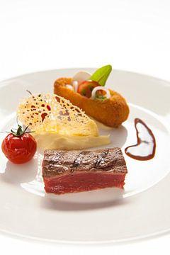 Gerecht met gegrilde biefstuk, saus, puree en kaaskrokantje van