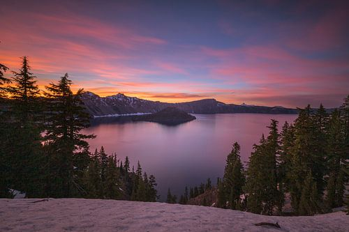 Pastel zonsondergang boven Crater Lake, Oregon van Jonathan Vandevoorde